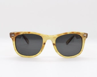 Original vintage 1980s horn rimmed yellow and mottled brown wayfarer style sunglasses with dark contrasting lens by Sunburst. Lunettes,