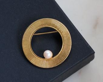 Gold Circle Pearl Brooch