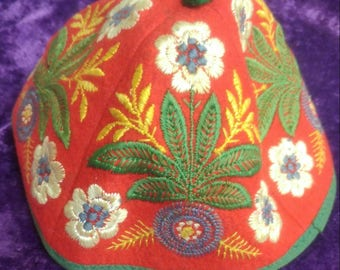 Beautiful embroidered vintage 1950s KIPPAH withflowers and leaves on all sides