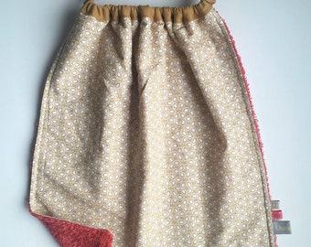 Serviette de table enfant fleurie, serviette enfant, serviette de table élastiquée, grand bavoir simple pour la cantine comme à la maison.