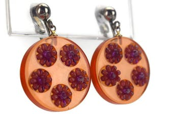 Apple Juice Bakelite Earrings with Inset Plastic Pink Daisies, Embellished Amber Prystal Clip On Earrings