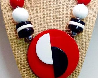 Vintage blanc rouge et bleu le 4 juillet fête énorme collier moderniste laminé perles gras défilé patriotique déclaration perles Mod