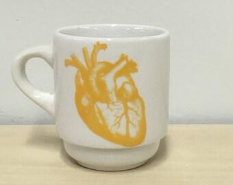 UNE tasse à Espresso de coeur anatomique en verge d'or jaune, cadeau Saint-Valentin, valentine gothique, fan de l'horreur, cadeau cardiologue, tasse à expresso, café