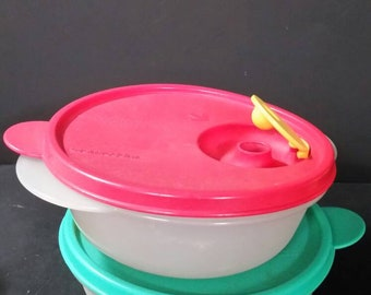 Vintage tupperware microwave  bowls.  Set of 2. With lids
