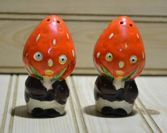 Vintage Anthropomorphic Strawberry Salt & Pepper Shakers Kitsch Fruit Heads Collectible Decoration Decor