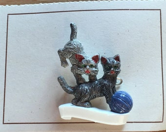 Vintage Deadstock 1950'S / 60'S  Novelty Playing Kitty Brooch Light Grey / Dark Grey With Blue Ball