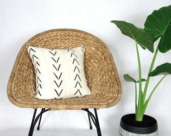 White Mudcloth Pillow Cover with Black Arrow Print / Minimalist African Mud CLoth Bogolanfini Neutral Geometric Cream Woven Raw Cotton Throw