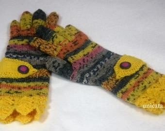 Fingerhandschuhe mit gelbem Zierriegel und Knopf, sowie gelbem Schmuckrand am Schaft, coloriertes Garn, wärmend und von Hand gestrickt