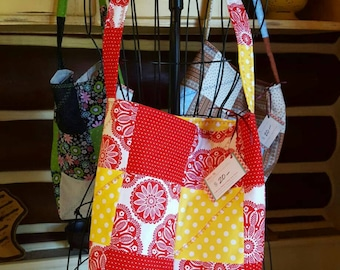"""ON SALE: Sassy Scrappy quilted shoulder bag. """"Cherry Lemonade kaleidoscope"""" with two inside pockets."""