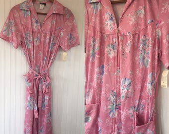 Vintage 70s Size L Large Floral Pastel Pink House Dress Zip Up Belted Pockets with Original Tags from 1979 Deadstock Muumu Retro Gift