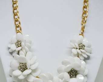 Beautiful flowr shape gold tone necklace