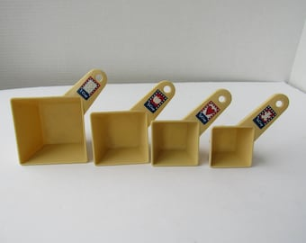 Free Shipping in USA Vintage 1980s Giftco Set of 4 Nesting Measuring Cups With Cookie Cutters On Backside 2119