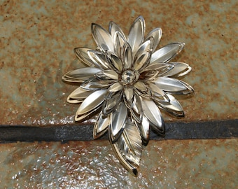 Collectible Unmarked Silver Tone Flower with Stem And Leaf Pin 1970s