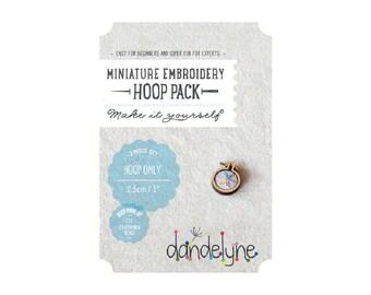 Mini 2.5 '' - Dandelyne wooden embroidery hoop