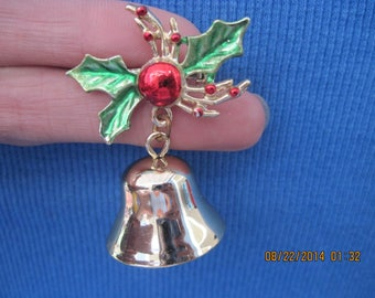 VINTAGE PRETTY Gold & Enamel Holly and Bell w/ Clapper Pin ....#7511