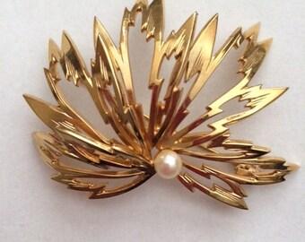 Leaf Gold Pearl Brooch// Vintage Brooch// Gold Leaf Pin