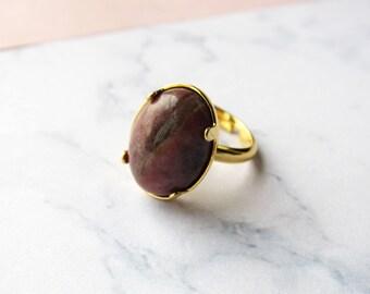 Bague dorée pierre / gemme Rhodonite naturelle en cabochon