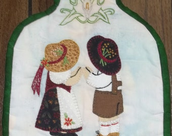 PDF Download Only - Deutschesfest Sunbonnet Sue & Sunhat Sam Potholder Pattern