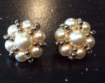 Vintage Pearl Cluster with Silvertone Beads Clip Earrings, White faux Pearls, Silvertone metal Beads, 1940s style, Pearl Beads