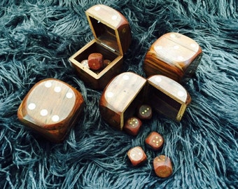 Handsome Boxed Dice Set made of Wood with Brass Detailing & 5 Dice.