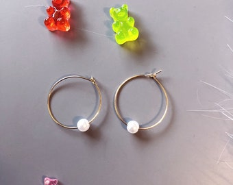 Hoop earrings with white pearl
