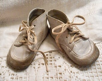 LEATHER BABY Trainer SHOES Vintage Sturdy Hi Top Walkers, White Lace Ups 4 Holes, Sz 4 D, Large Doll Toddler Dr Power Shabby Chic Used