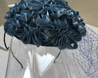 Stahlblau Satin Blume Fascinator Hut mit Schleier und Satin Haarreif für Hochzeiten, Partys, besondere Anlässe