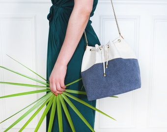 Gisele: bucket bag made of off-white linen and blue gray, golden chain.