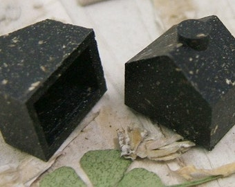 10 Black Environmentally Friendly Wood-Filled Plastic Mini Houses with Chimney - Assemblage - Game Creations     (DR-005)