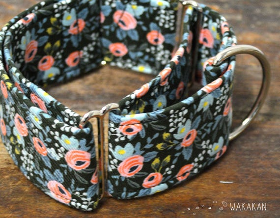 Martingale dog collar model Enchanted. Adjustable and handmade with 100% cotton fabric. Pink roses in dark green background, Wakakan