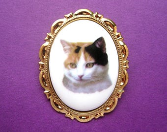 Cats Porcelain CALICO PATCH CAT Kitty Kitten Feline Cameo Costume Jewelry on a Goldtone Scalloped Pin Brooch Pendant for Christmas Gift