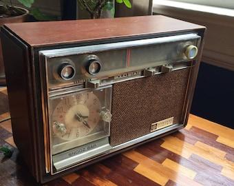 Vintage Clock Radio - GE - Works Great! - Solid Wood Panels