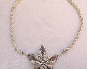 Collier fleur en perles blanches, argentées, et roses