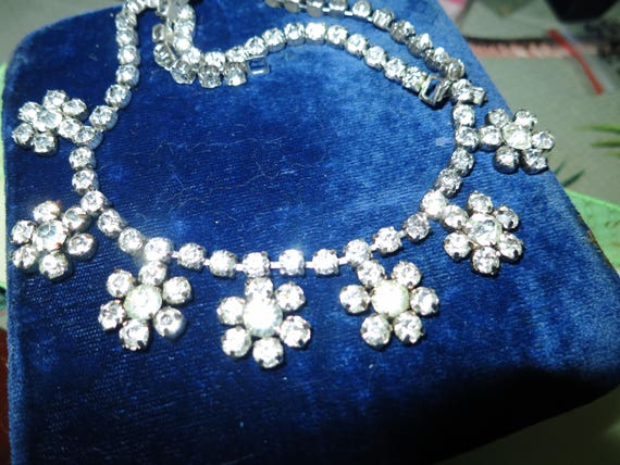 Lovely  vintage 1950s silver metal   rhinestone glass flower  necklace