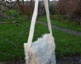 A unique withe bag of mountain sheep and wensleydale wool, with a woolen  carry strap. Gevilte tas van  wensleydale wol