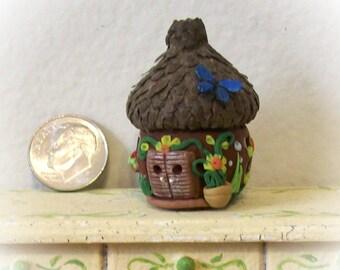 Acorn Cap fée maison cabane marron avec papillon 01:12 Miniature OOAK sculpter pour Terrarium, décor de jardin ou fantaisie à effet de serre
