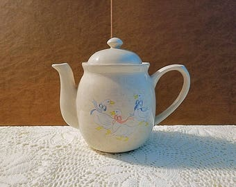 WB.I. 1988 white geese teapot, country kitchen teapot,vintage geese or ducks tan teapot, geese with pink and blue bows teapot.