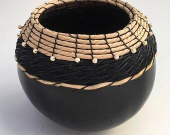 Bol en Gourde noir avec cuir - article 823 par Susan Ashley