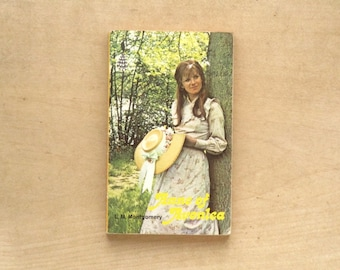 Anne of Green Gables sequel Anne of Avonlea by L. M. Montgomery, vintage paperback book