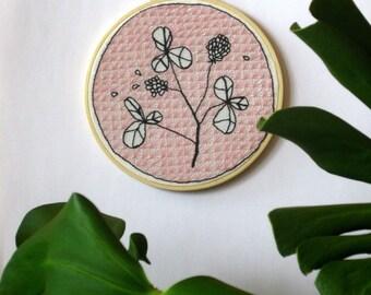broderie d'inspiration sashiko - fleurs sur fond rose pâle