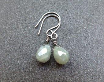 labradorite earrings in nickel free niobium. hypoallergenic jewelry. dangle earrings made in Canada.
