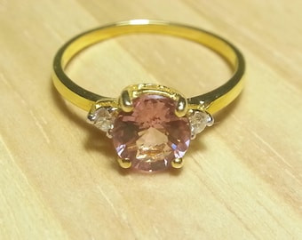 18K Yellow Gold Wedding Ring With Pure Pink Spinel And Twice Diamond.