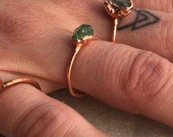 Green garnet ring, Green crystal ring, Raw green stone ring, green boho ring, green copper ring, tsavorite ring, tsavorite garnet