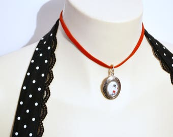 choix de colliers style choker rouge avec pendentif/ choice of red choker necklace with metal charm