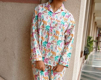 Pyjamas in 100% cotton with a screen print of  circus animals