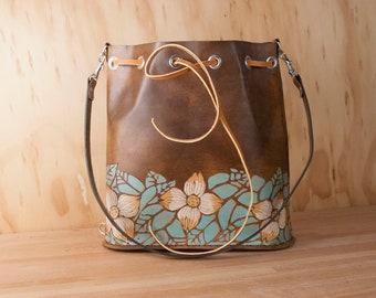 Floral seau sac - cuir petit sac à bandoulière ou sac à dos avec cordon de serrage dans le modèle de Rebecca avec des fleurs de cornouiller - Sage, or, brun