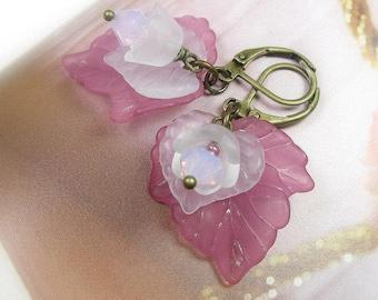 Fleur feuille boucles d'oreilles fleur lilas rose, fleurs blanches, boucles d'oreilles fleur Lucite, cristal de Swarovski bijoux, mode féminine douce