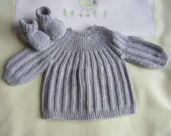 """Bra and """"grey"""" in size newborn - hand made knit booties"""