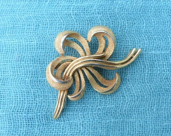 CROWN TRIFARI - 1950s Gold-plated Textured Curled Ribbons Brooch