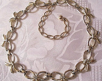 Sarah Coventry Big Bow Link Necklace Gold Tone Vintage Tied Ribbon 1956 Adjustable Link Chain Choker Hook Clasp